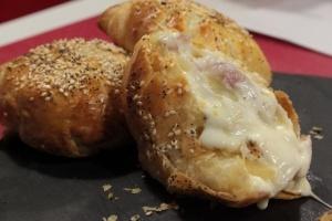 Tomini in crosta con pancetta e cipolla